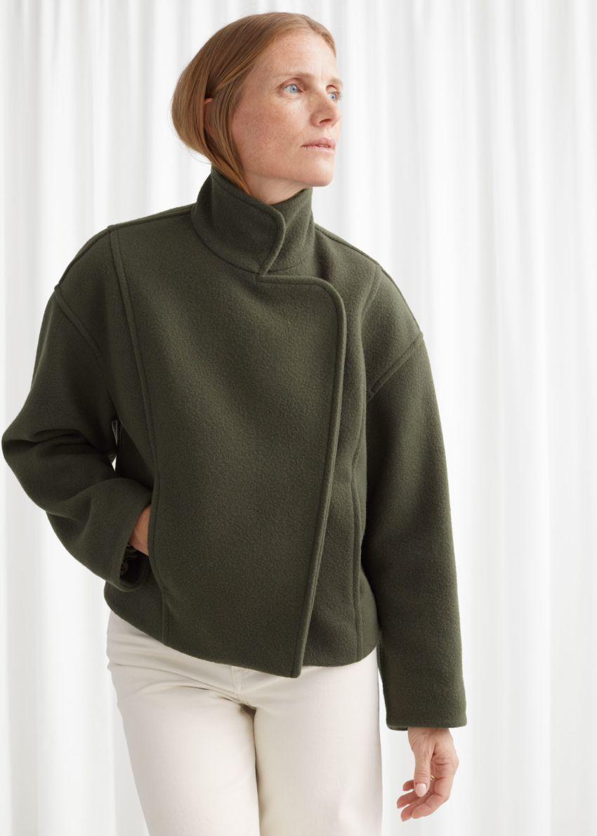 앤아더스토리즈 박시 크롭 하이 카라 재킷의 그린컬러 ECOMLook입니다.