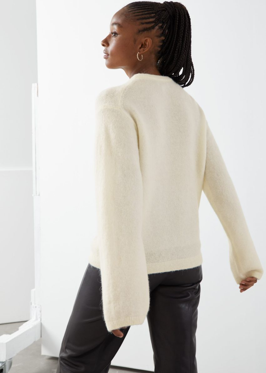 앤아더스토리즈 퍼지 울 블렌드 스웨터의 화이트컬러 ECOMLook입니다.