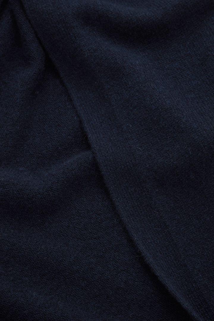 COS 리사이클 캐시미어 롱라인 후드 가디건의 네이비컬러 Detail입니다.