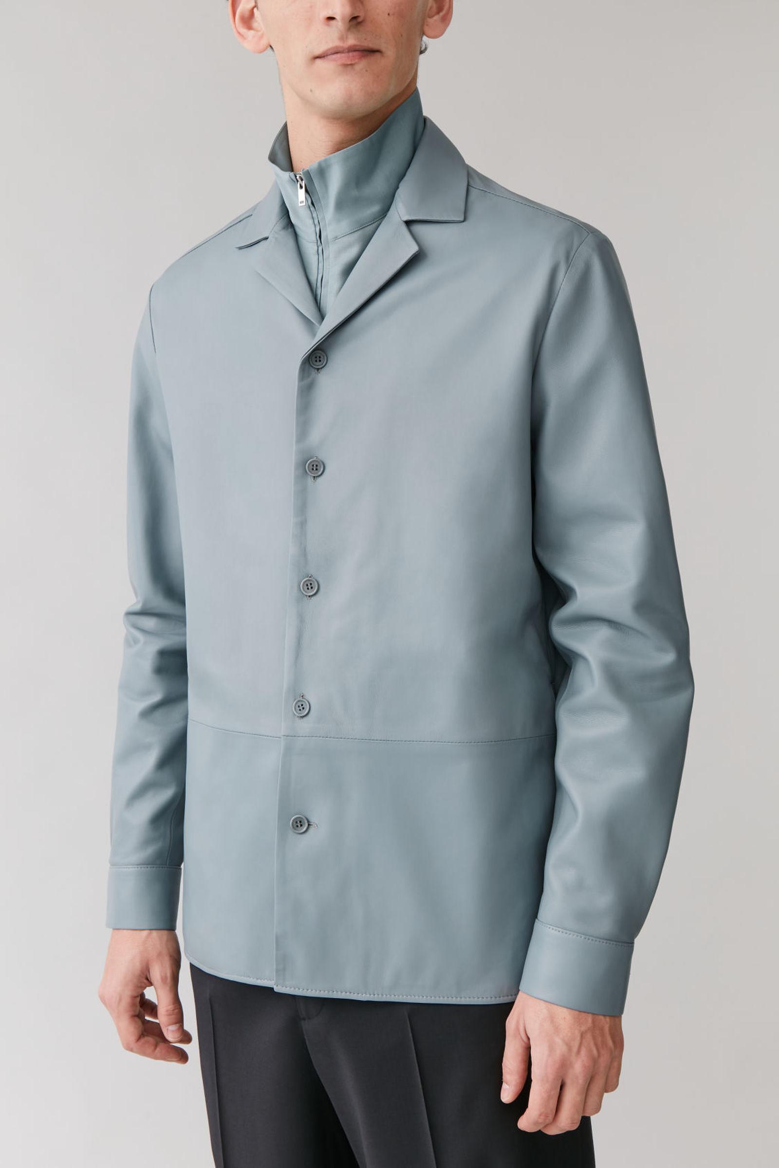COS 레더 오버셔츠의 라이트 블루컬러 ECOMLook입니다.