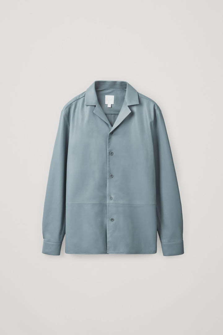 COS 레더 오버셔츠의 라이트 블루컬러 Product입니다.
