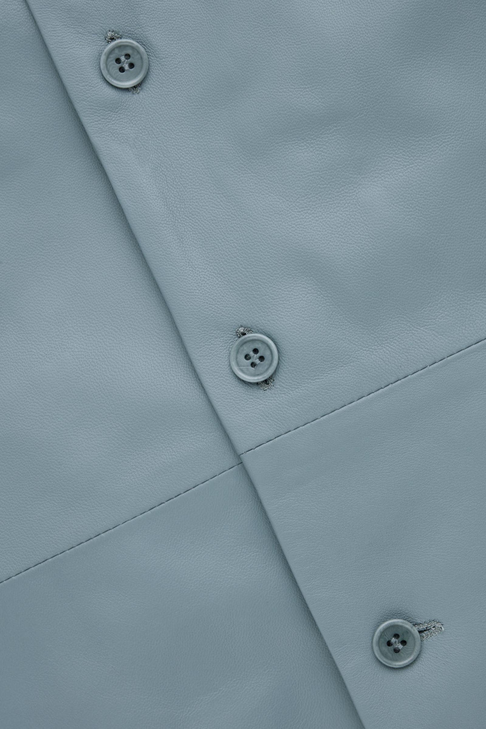 COS 레더 오버셔츠의 라이트 블루컬러 Detail입니다.