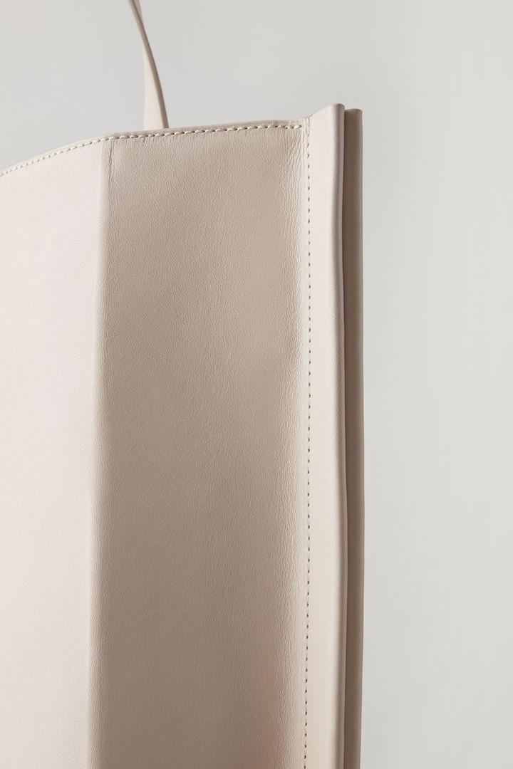COS 레더 토트백의 샌드컬러 Detail입니다.