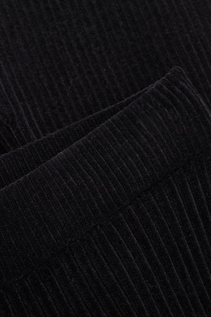 COS 오가닉 코튼 셔닐 플레어드 리브 트라우저의 블랙컬러 Detail입니다.