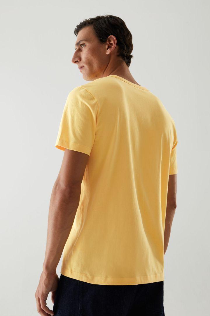 COS 브러쉬드 코튼 티셔츠의 옐로우컬러 ECOMLook입니다.