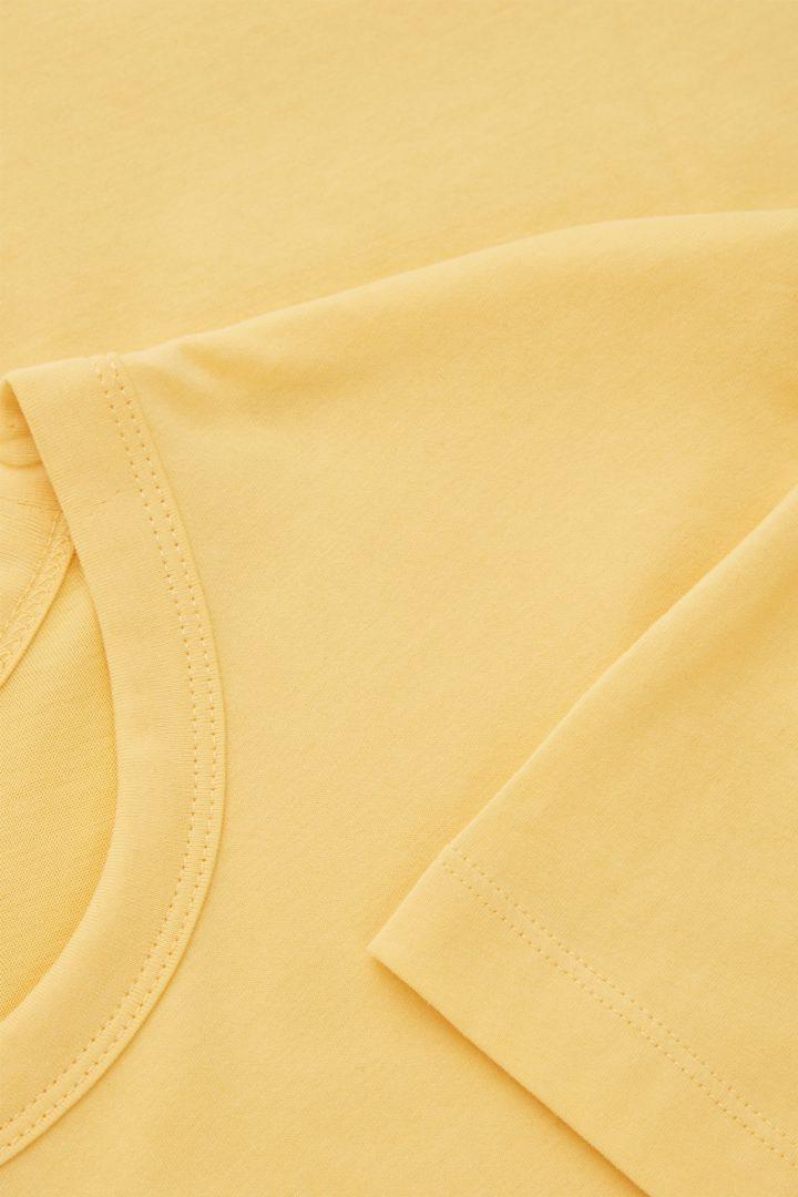COS 브러쉬드 코튼 티셔츠의 옐로우컬러 Detail입니다.