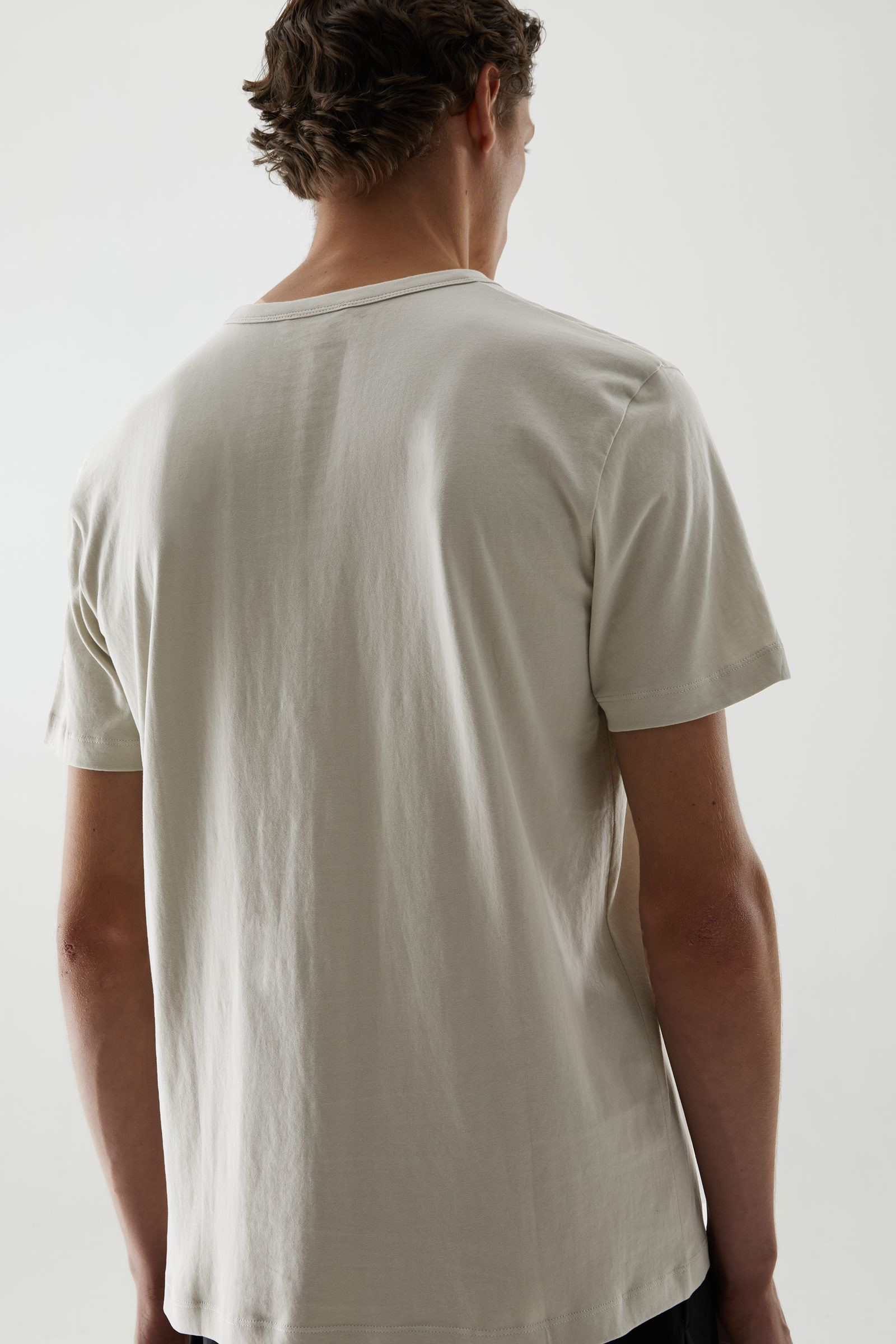 COS 브러쉬드 코튼 티셔츠의 그린컬러 ECOMLook입니다.