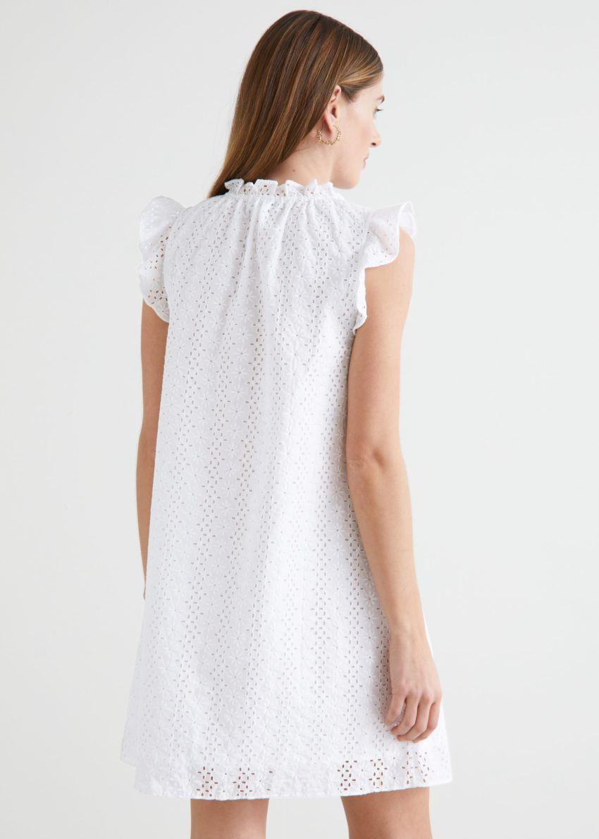 앤아더스토리즈 프릴 브로드리 앙글레즈 미니 드레스의 화이트컬러 ECOMLook입니다.