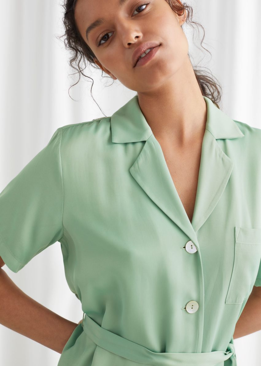 앤아더스토리즈 새틴 셔츠 미디 드레스의 그린컬러 ECOMLook입니다.