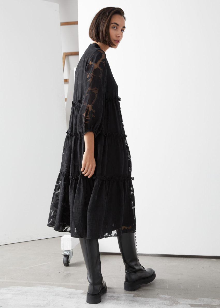 앤아더스토리즈 볼류미너스 티어드 퍼프 슬리브 미디 드레스의 블랙컬러 ECOMLook입니다.