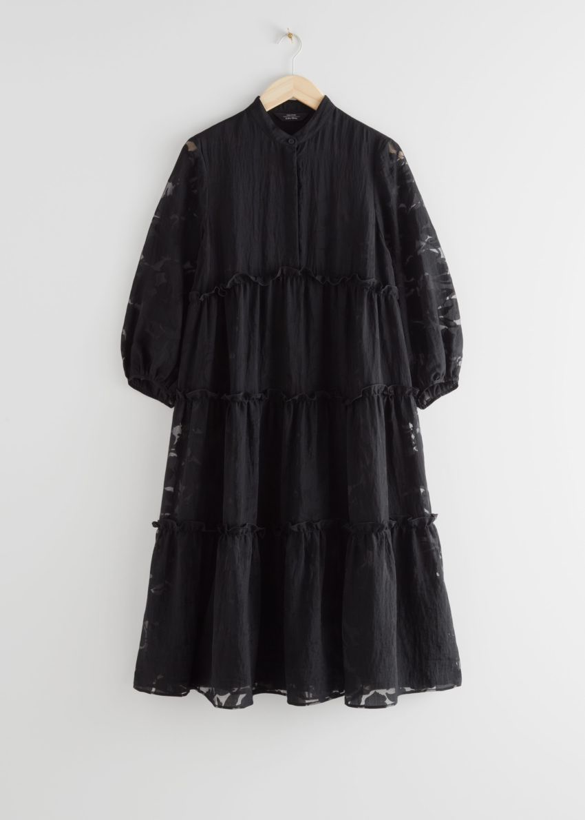 앤아더스토리즈 볼류미너스 티어드 퍼프 슬리브 미디 드레스의 블랙컬러 Product입니다.