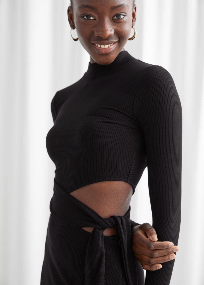 앤아더스토리즈 모크 넥 컷 아웃 미디 드레스의 블랙컬러 ECOMLook입니다.