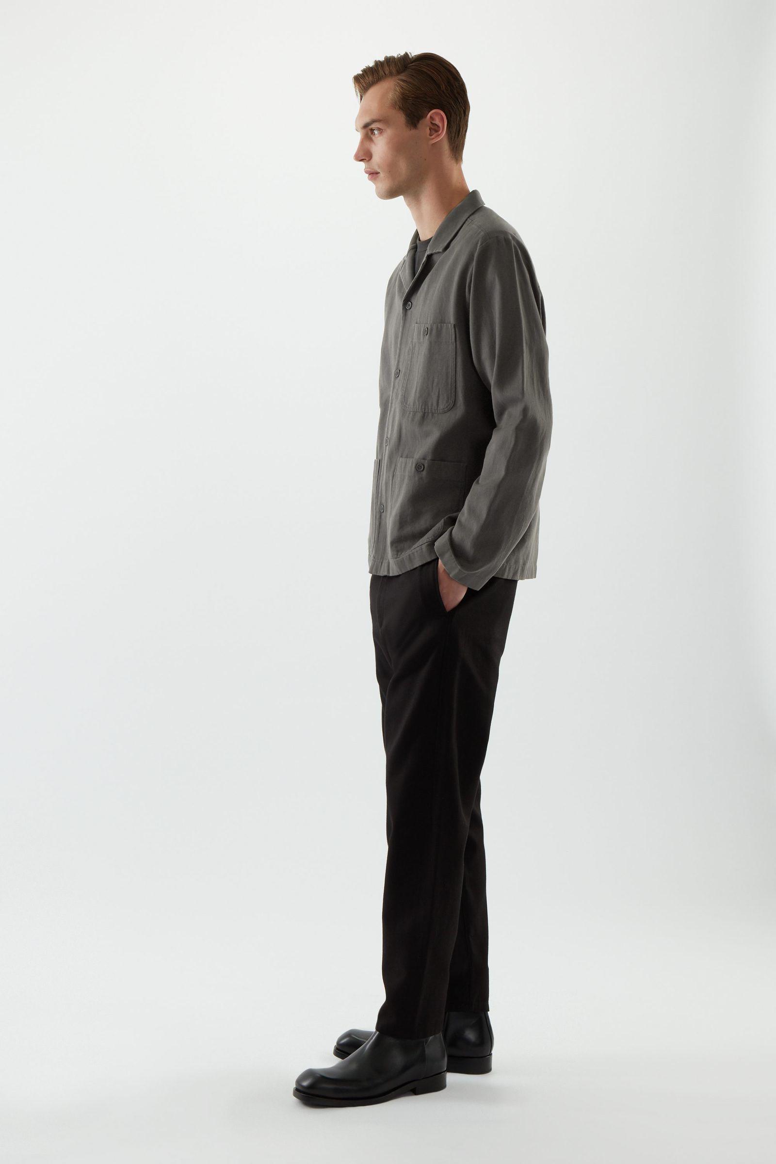 COS 오가닉 코튼 트윌 캠프 칼라 오버셔츠의 다크 그레이컬러 ECOMLook입니다.
