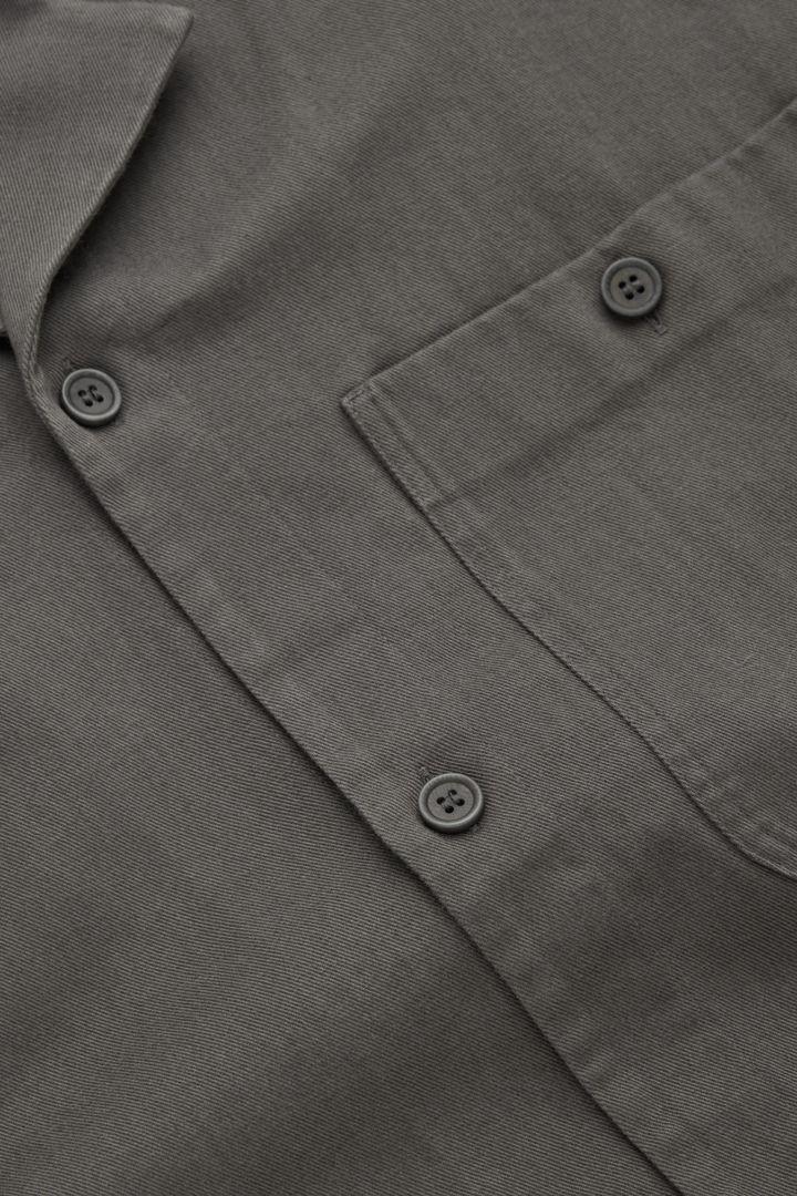 COS 오가닉 코튼 트윌 캠프 칼라 오버셔츠의 다크 그레이컬러 Detail입니다.