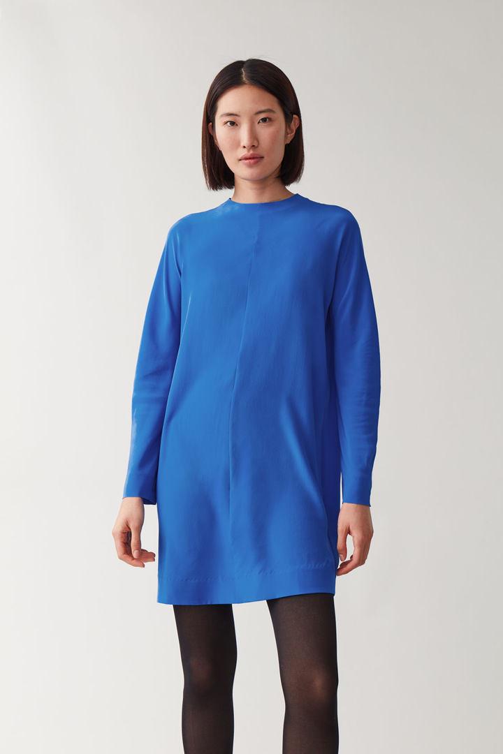 COS 지퍼 멀버리 실크 드레스의 블루컬러 ECOMLook입니다.
