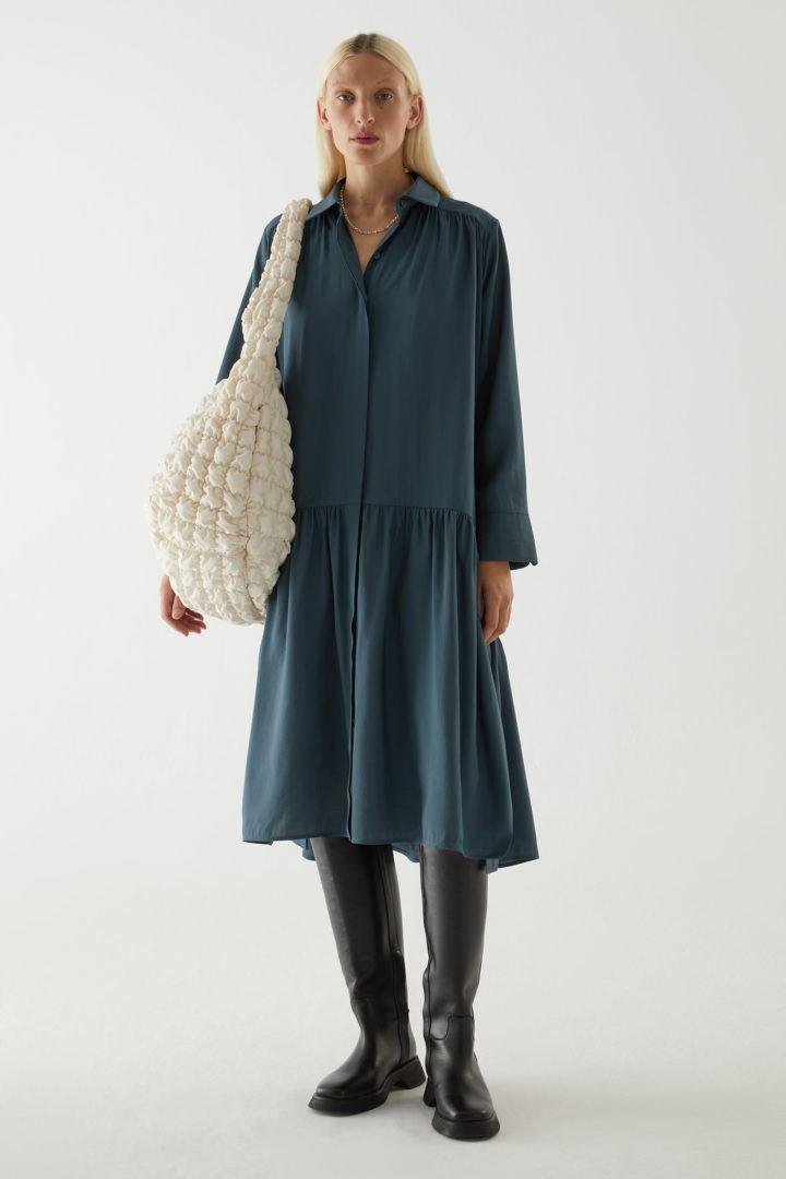 COS default image 8 of 블루 in 티어드 미디 셔츠 드레스