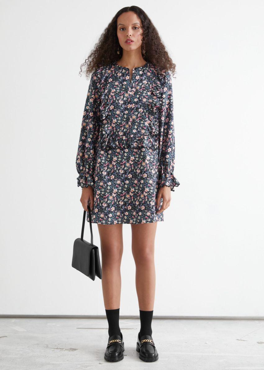 앤아더스토리즈 러플 엠브로이더리 A 라인 미니 드레스의 블랙 플로럴컬러 ECOMLook입니다.