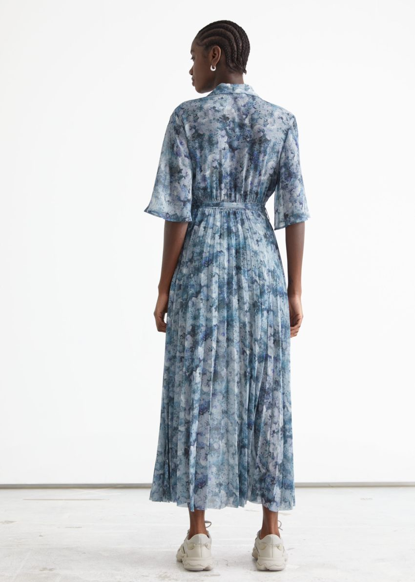 앤아더스토리즈 플로티 플리츠 미디 드레스의 블루 프린트컬러 ECOMLook입니다.