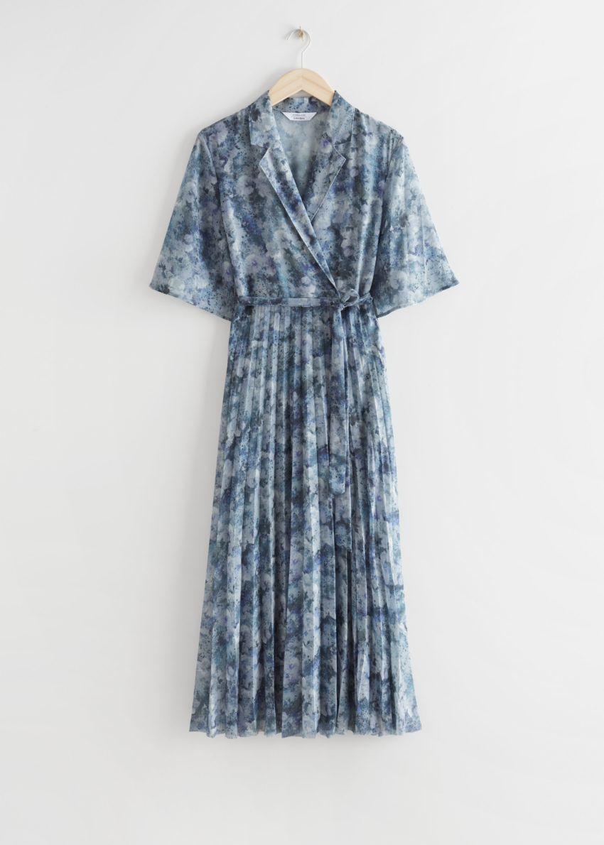 앤아더스토리즈 플로티 플리츠 미디 드레스의 블루 프린트컬러 Product입니다.