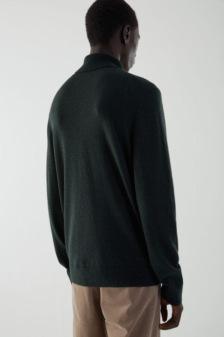 COS 메리노 야크 롤넥 스웨터의 포레스트 그린컬러 ECOMLook입니다.