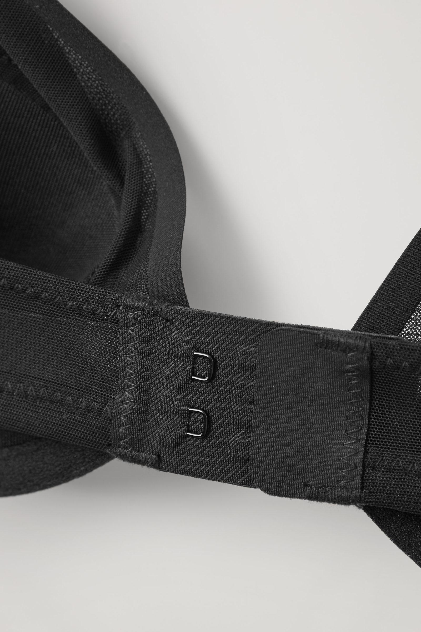 COS 리사이클 폴리아미드 메시 브라의 블랙컬러 Detail입니다.