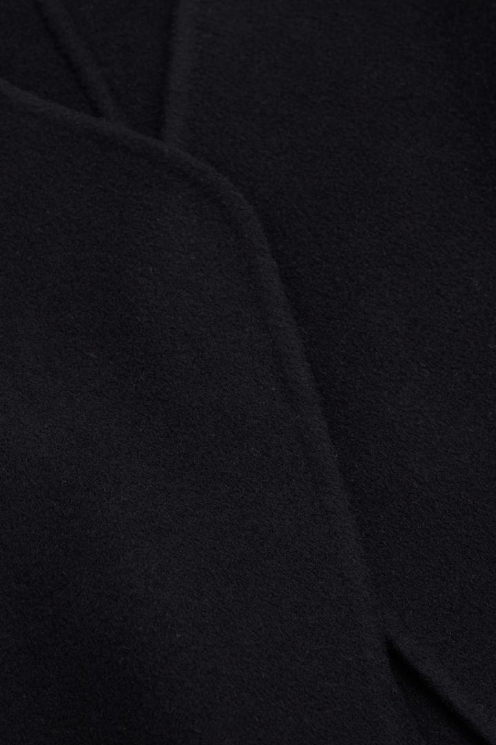 COS 벨티드 울 캐시미어 코트의 블랙컬러 Detail입니다.
