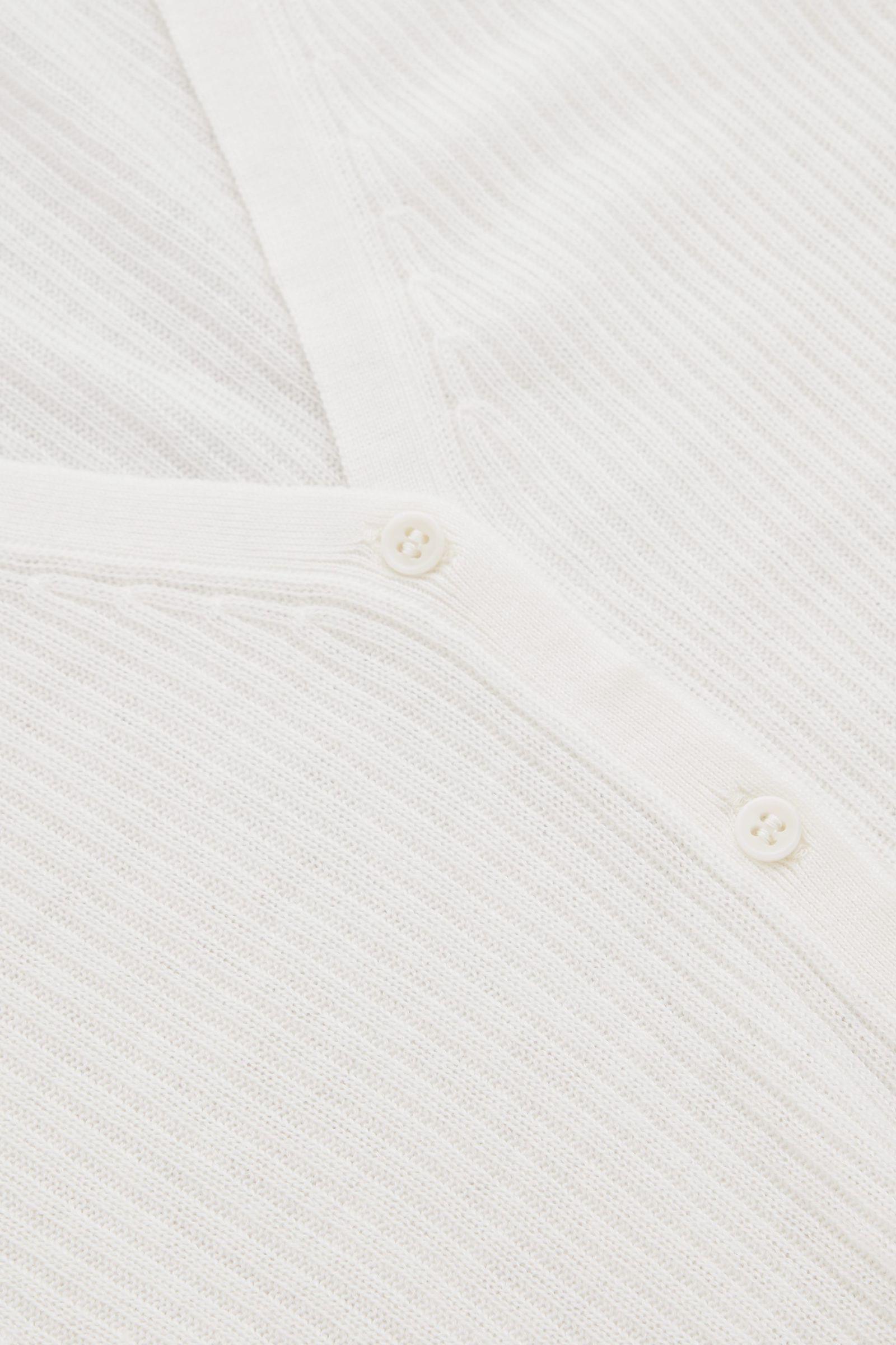 COS 파인 니트 리브 캐시미어 가디건의 화이트컬러 Detail입니다.