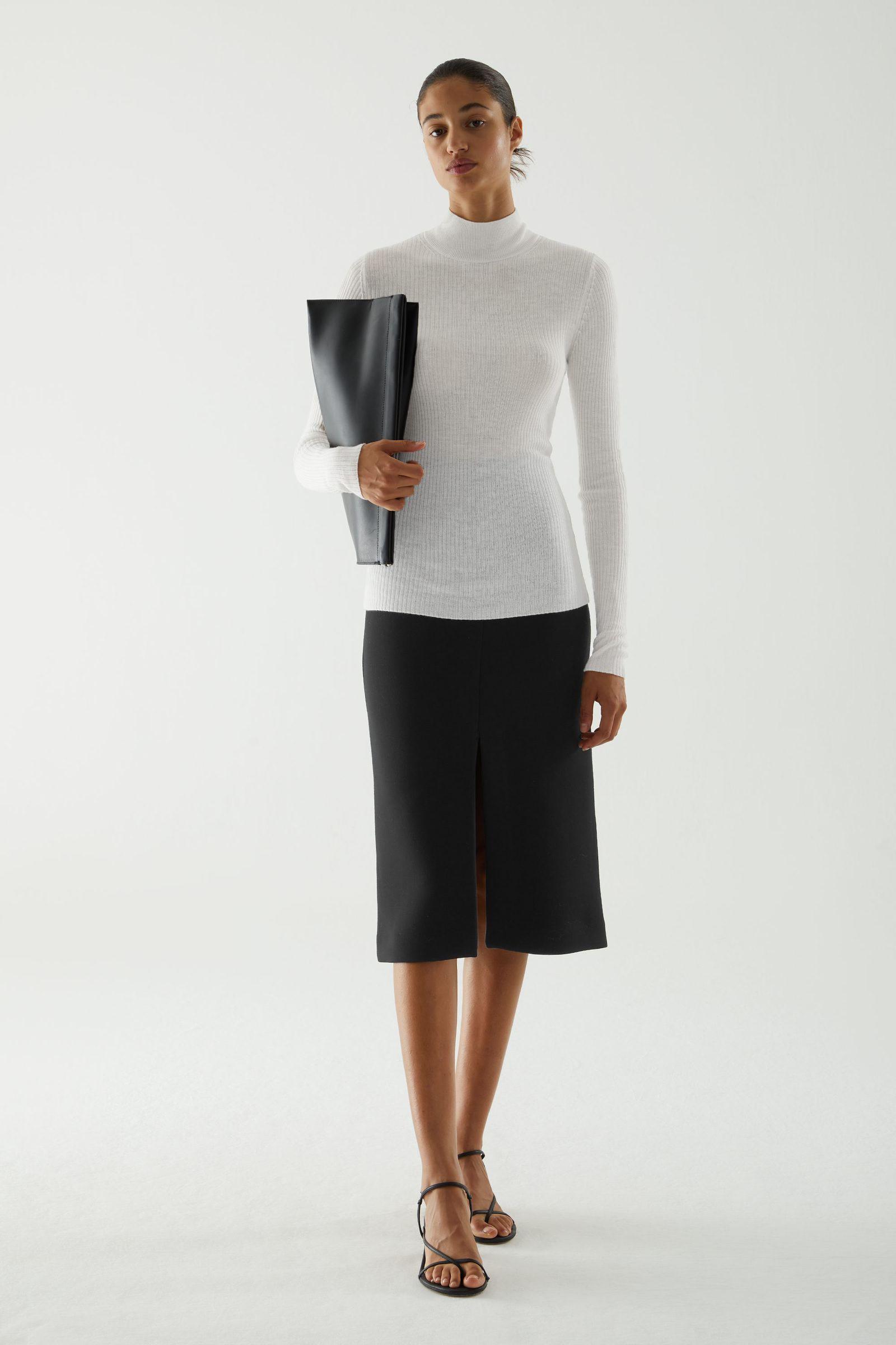COS 심리스 캐시미어 롤넥 스웨터의 화이트컬러 ECOMLook입니다.