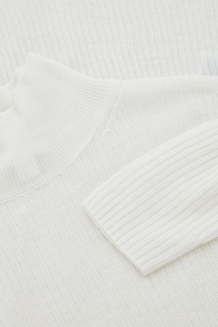 COS 심리스 캐시미어 롤넥 스웨터의 화이트컬러 Detail입니다.
