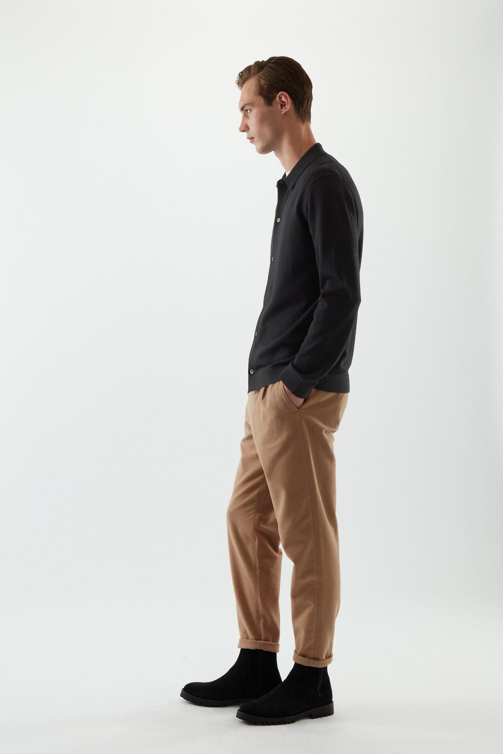 COS 니티드 메리노 울 셔츠의 블랙컬러 ECOMLook입니다.