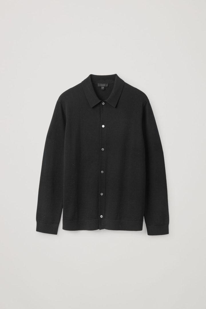 COS 니티드 메리노 울 셔츠의 블랙컬러 Product입니다.