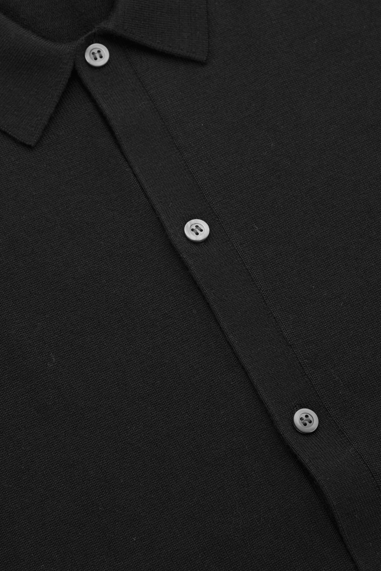 COS 니티드 메리노 울 셔츠의 블랙컬러 Detail입니다.