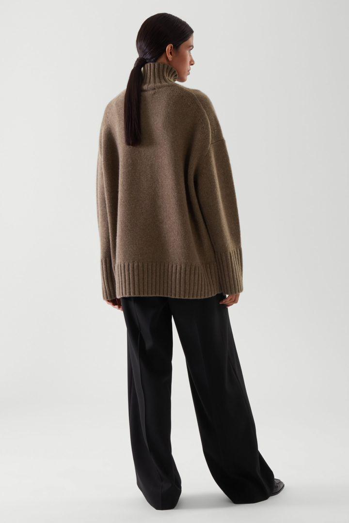 COS 캐시미어 퍼넬 넥 스웨터의 브라운컬러 ECOMLook입니다.