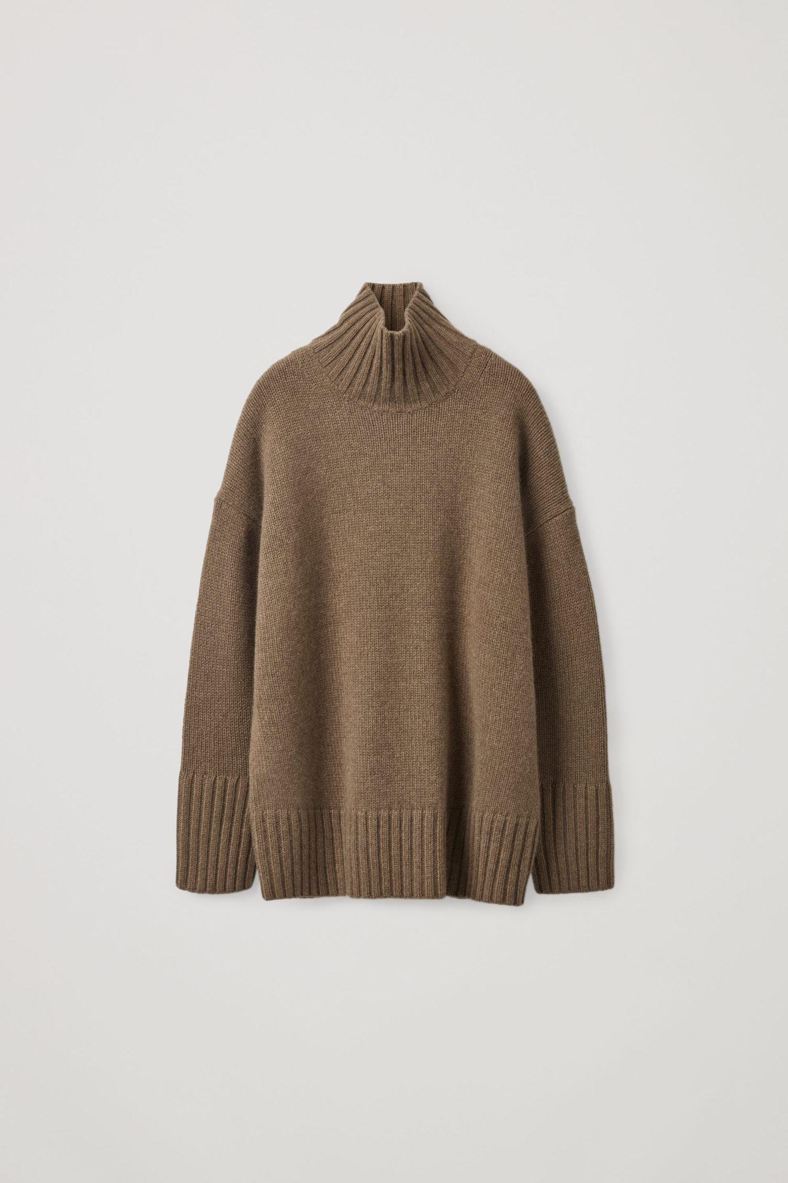 COS 캐시미어 퍼넬 넥 스웨터의 브라운컬러 Product입니다.