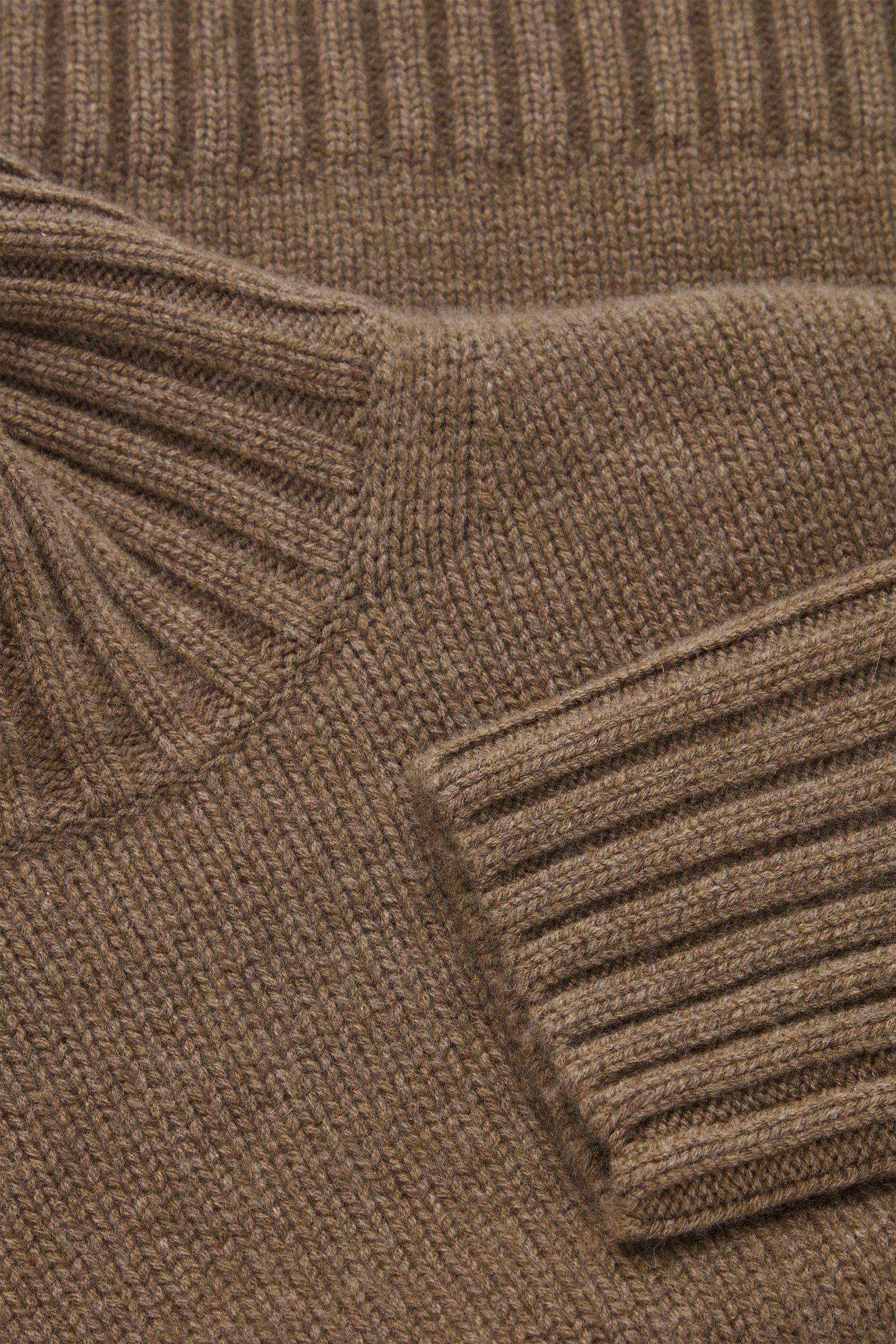 COS 캐시미어 퍼넬 넥 스웨터의 브라운컬러 Detail입니다.