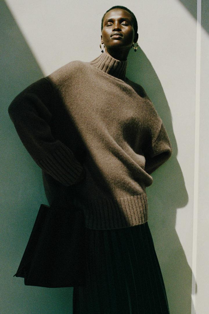 COS 캐시미어 퍼넬 넥 스웨터의 브라운컬러 Environmental입니다.