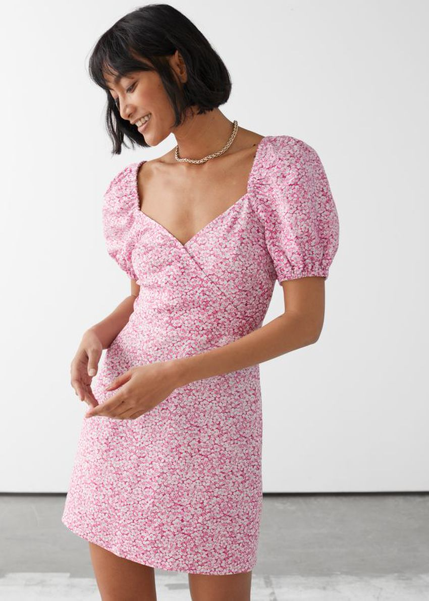 앤아더스토리즈 피티드 퍼프 슬리브 미니 드레스의 핑크 플로럴컬러 ECOMLook입니다.