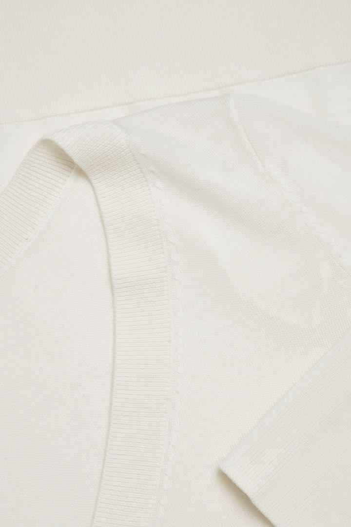 COS 메리노 울 V넥 스웨터의 오프 화이트컬러 Detail입니다.