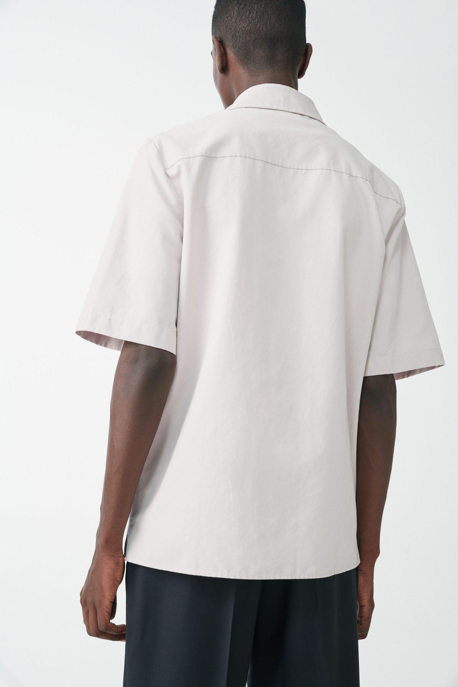 COS 쇼트 슬리브 코튼 셔츠의 브라운컬러 ECOMLook입니다.
