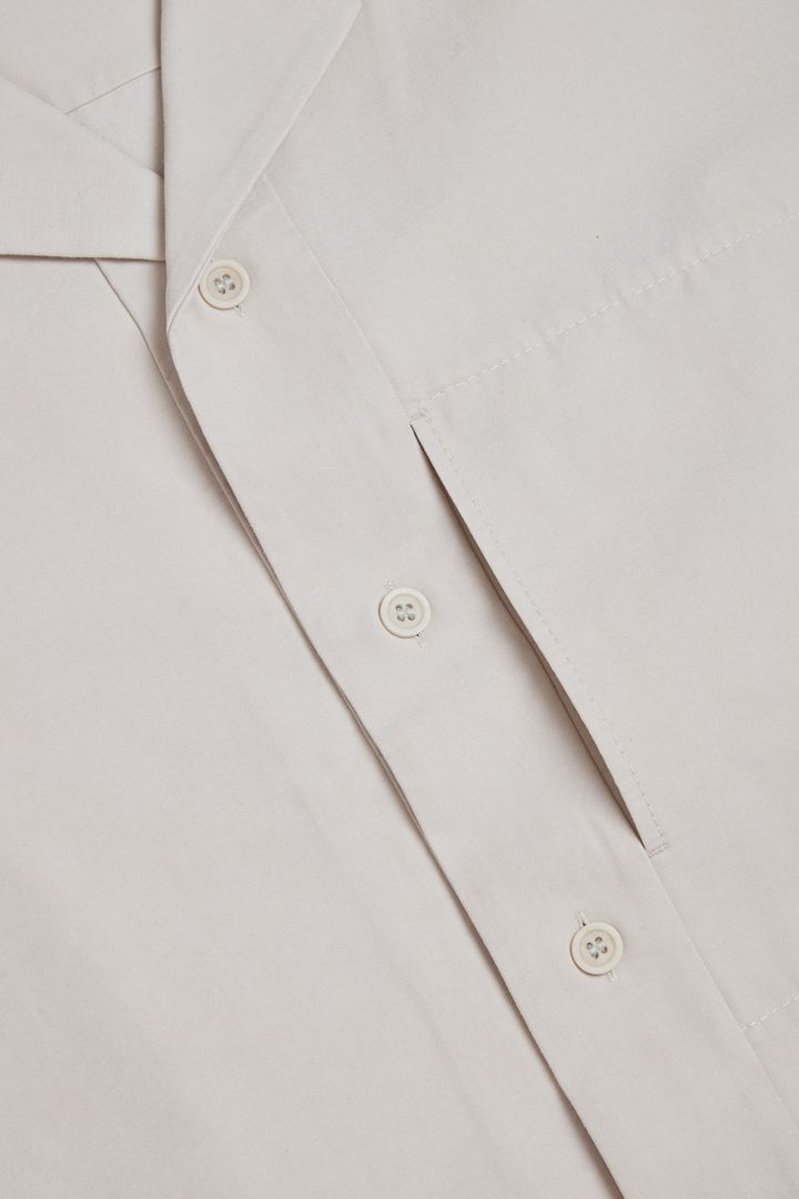 COS 쇼트 슬리브 코튼 셔츠의 브라운컬러 Detail입니다.