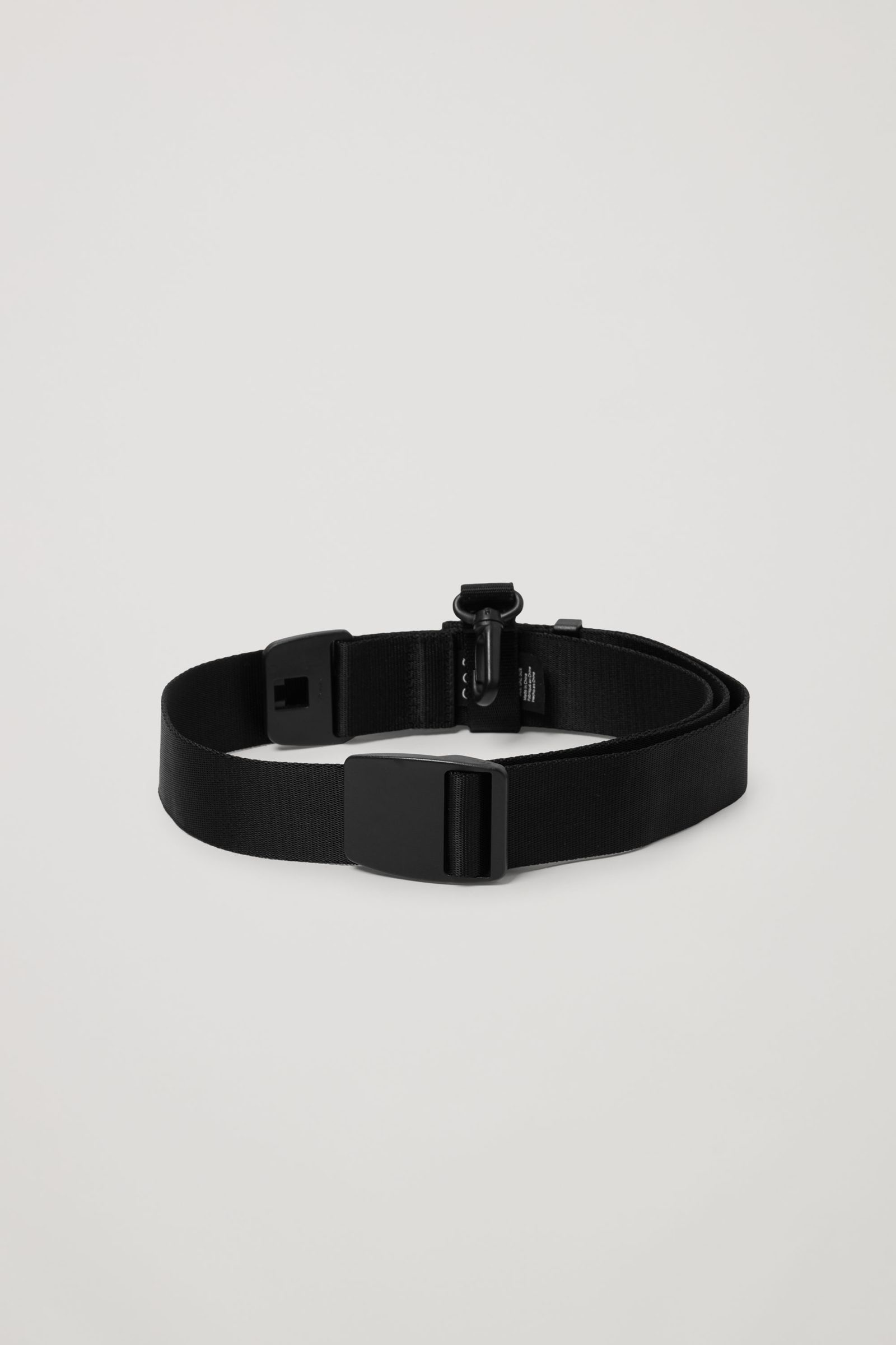 COS 웨빙 스트랩 벨트의 블랙컬러 Product입니다.
