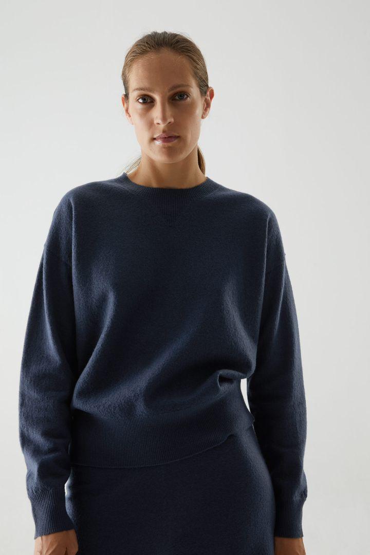 COS default image 2 of 블루 in 메리노 울 퍼프 슬리브 스웨터