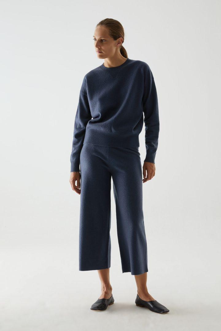 COS 메리노 울 퍼프 슬리브 스웨터의 블루컬러 ECOMLook입니다.