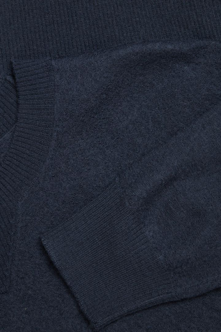 COS 메리노 울 퍼프 슬리브 스웨터의 블루컬러 Detail입니다.