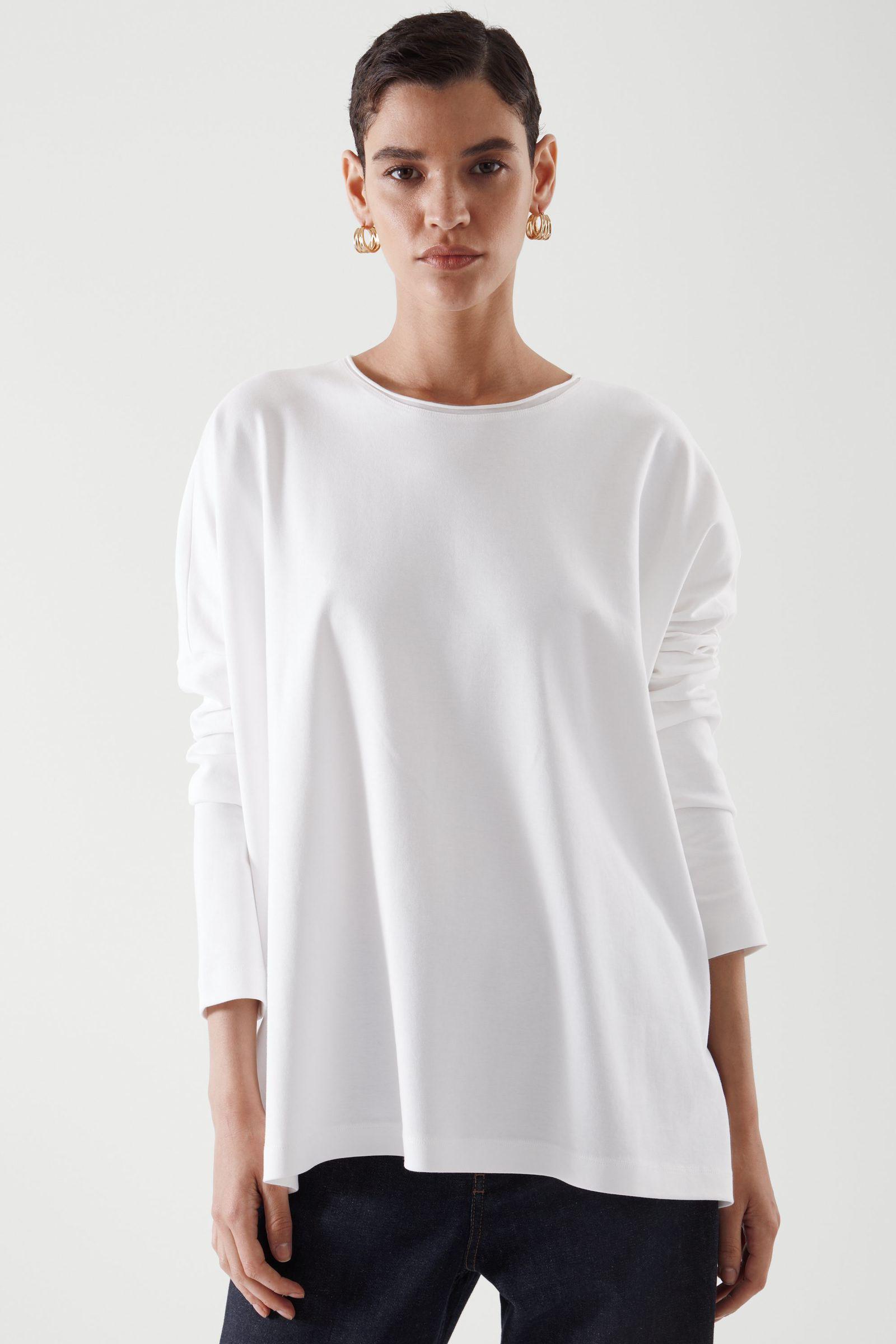 COS 롱 슬리브 티셔츠의 화이트컬러 ECOMLook입니다.