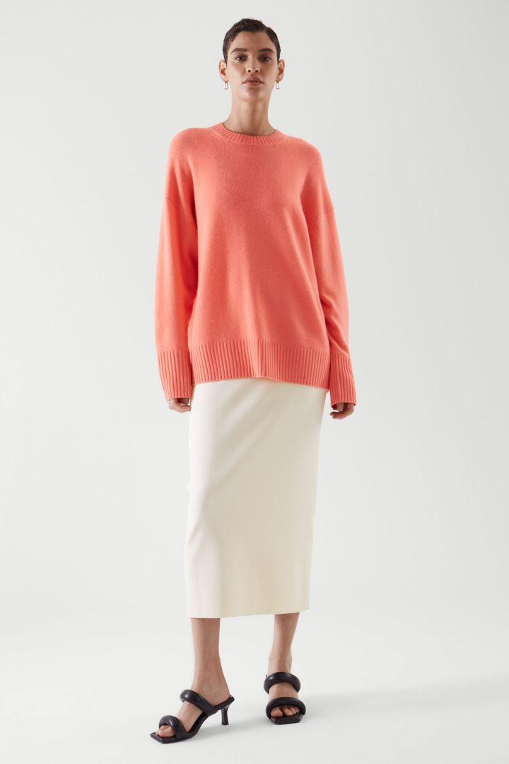 COS default image 9 of 오렌지 in 오버사이즈 캐시미어 스웨터