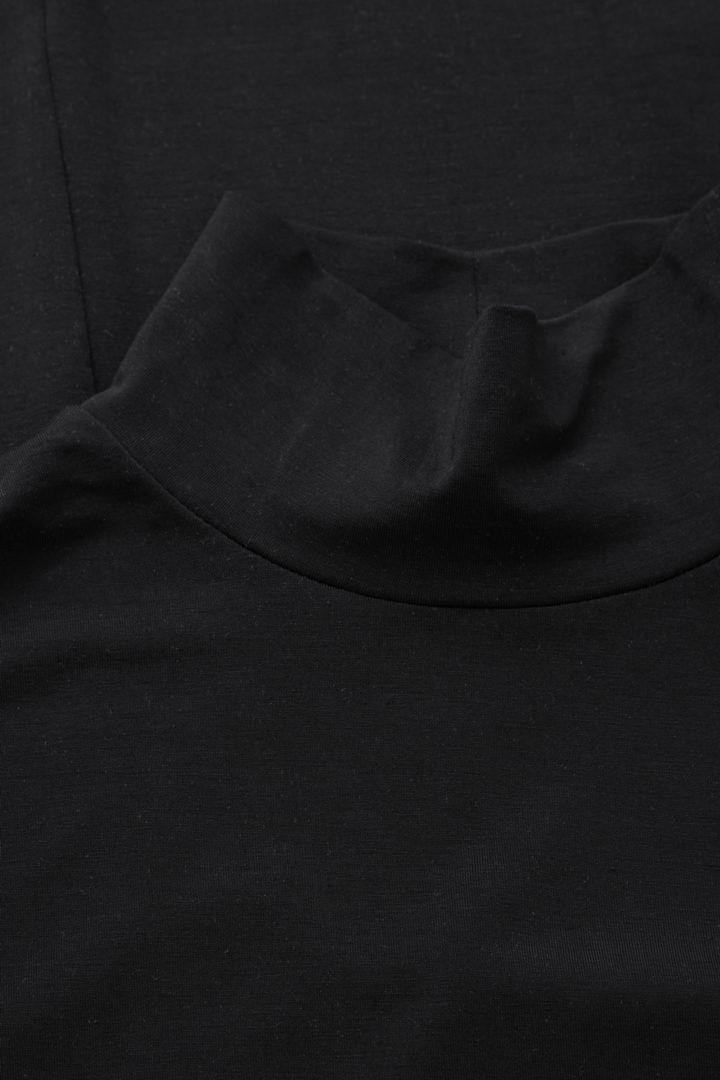 COS 롤넥 맥시 드레스의 블랙컬러 Detail입니다.