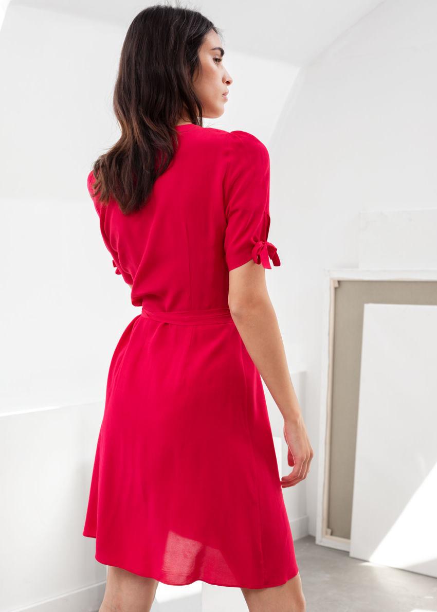 앤아더스토리즈 미니 랩 드레스의 레드컬러 ECOMLook입니다.