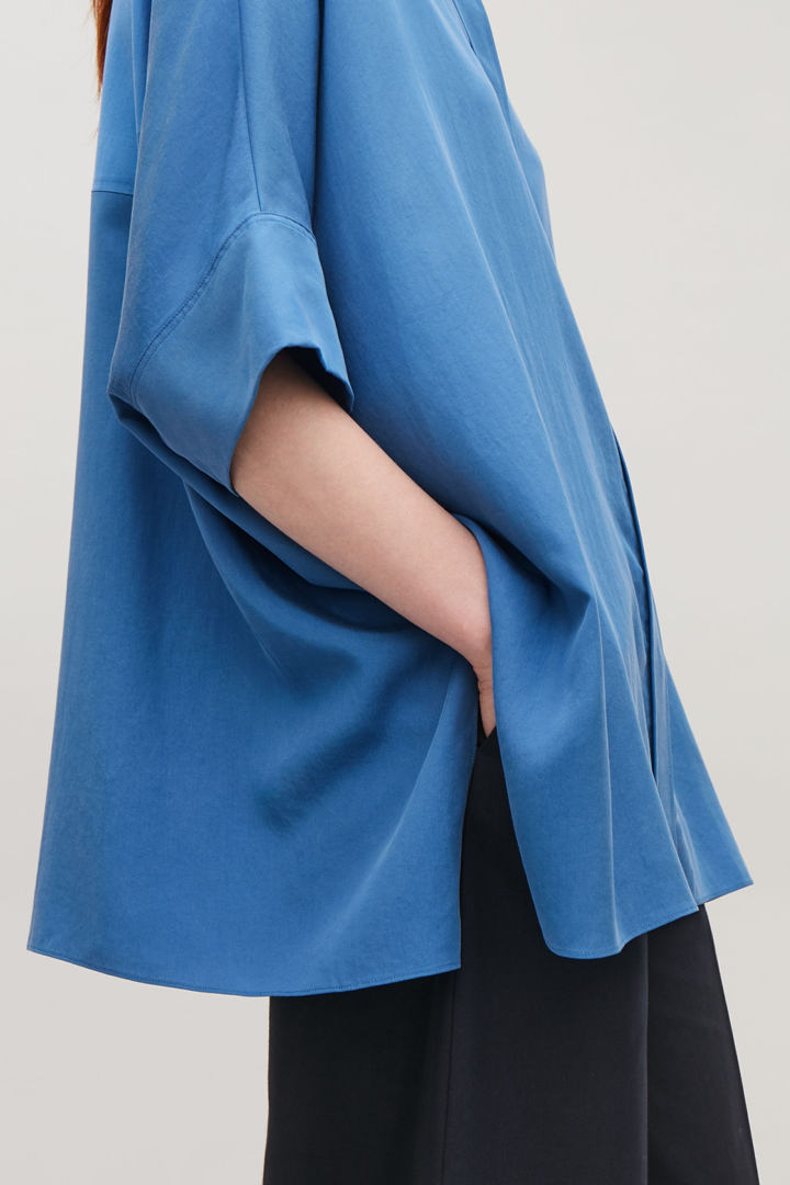 COS default image 1 of 블루 in 드레이프드 오버사이즈 셔츠