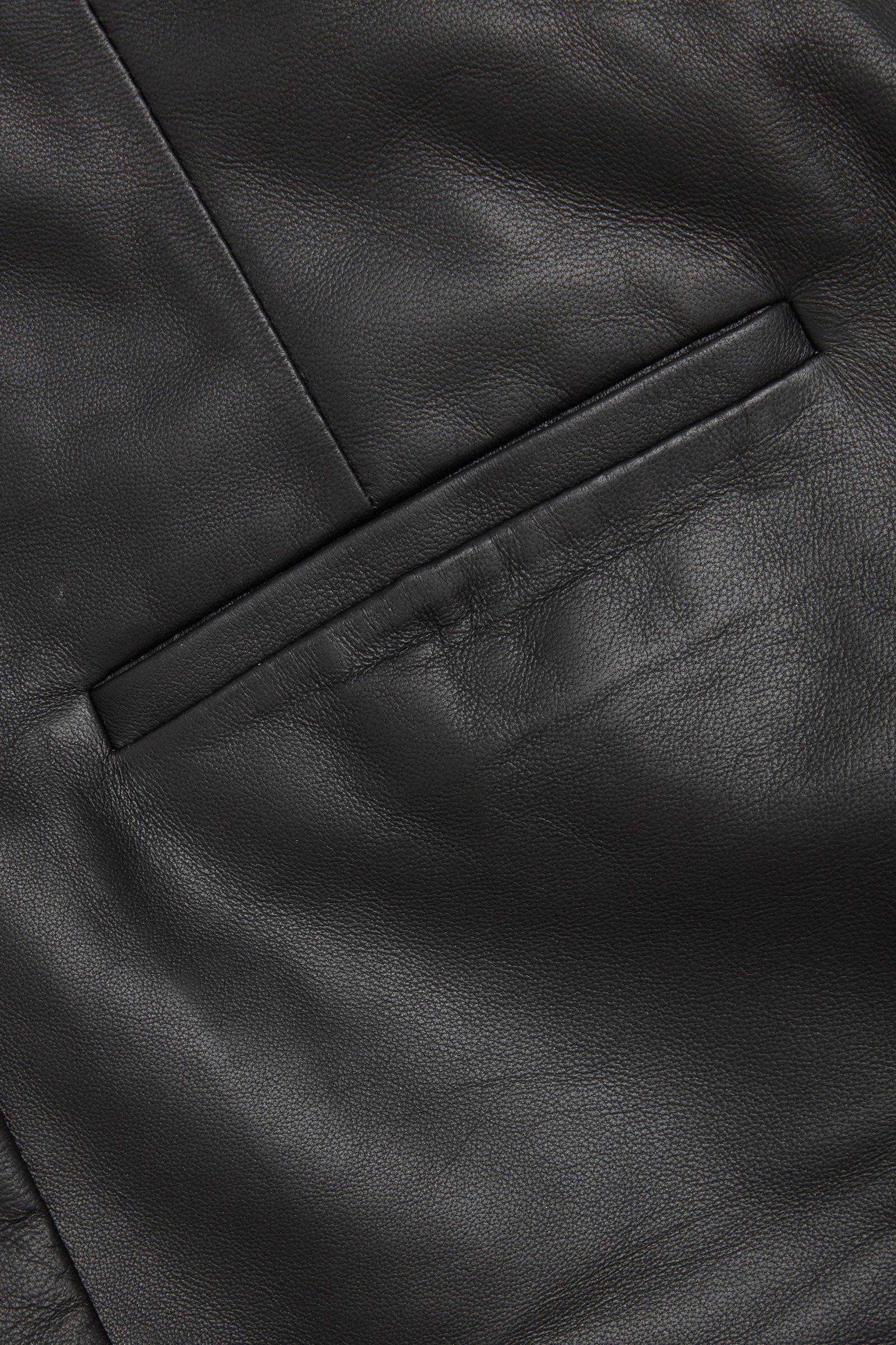 COS 레더 하이 웨이스트 와이드 레그 쇼츠의 블랙컬러 Detail입니다.
